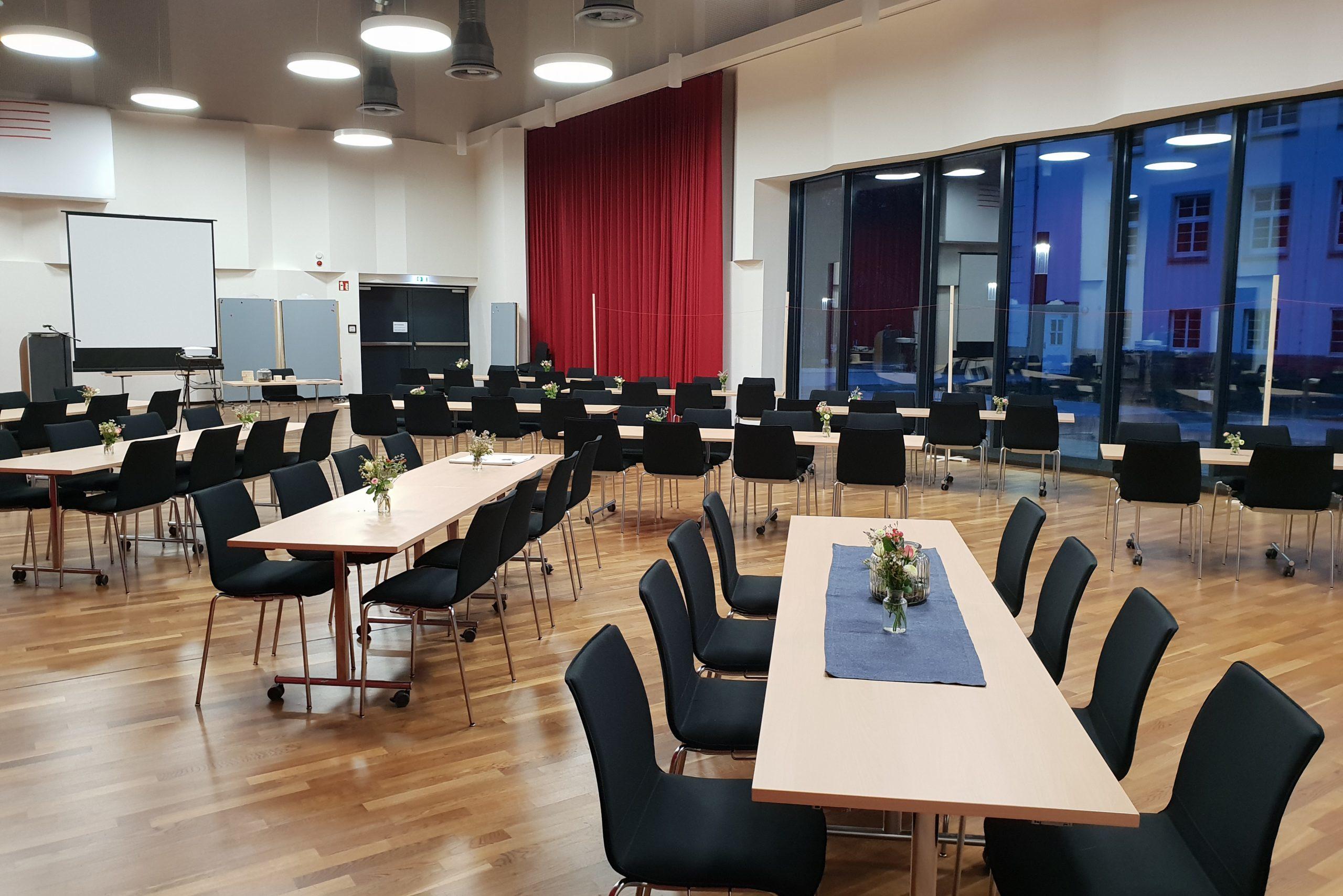 Konzertsaal_bestuhlt-Tischgruppen